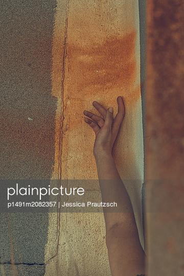 Ausgestreckter Arm auf rostfarbenem Untergrund - p1491m2082357 von Jessica Prautzsch