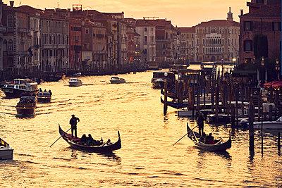 Boote Abendstimmung Canal Grande - p1312m2020079 von Axel Killian