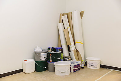 Materials for painting and wallpapering in corner of a room - p300m1549507 by Mareen Fischinger