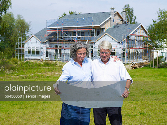 Bauherren vor Neubau  - p6430050 von senior images