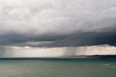 Regenwolken über dem Meer - p1201m1028313 von Paul Abbitt
