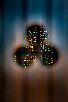 Blick durch das Dreipass Fenster einer Kapelle - p248m2126048 von BY