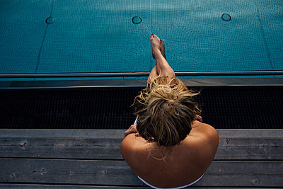 Woman relaxing at the poolside - p300m2070348 by letizia haessig photography