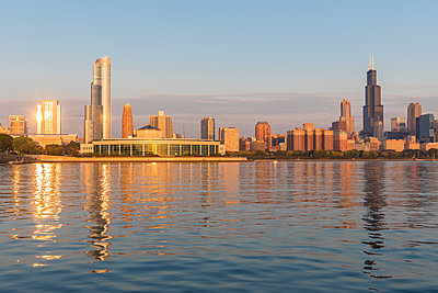 USA, Illinois, Chicago, Lake Michigan, cityscape in the morning light - p300m2079596 by Fotofeeling
