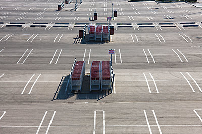 Parking lot with shopping trolleys - p836m1468095 by Benjamin Rondel