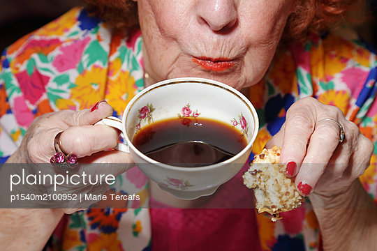 Close-up of an old lady drinking a cup of coffee - p1540m2100952 by Marie Tercafs