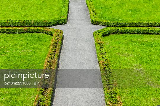 Wegkreuzung in einem angelegten Klostergarten - p248m2291830 von BY
