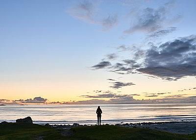 Frau am Strand bei Nacht - p1124m1165668 von Willing-Holtz