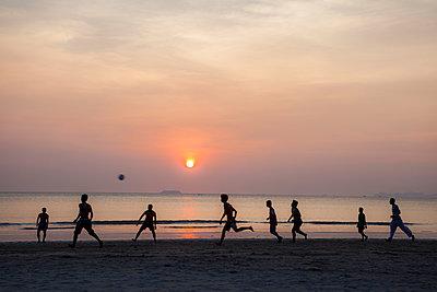 Fußballspiel am Abend - p1157m1004703 von Klaus Nather