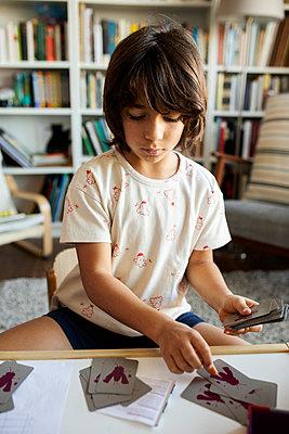 Barcelona spain, lifestyle kids at home, at home barcelona kids sibblings - p300m2167569 von Valentina Barreto