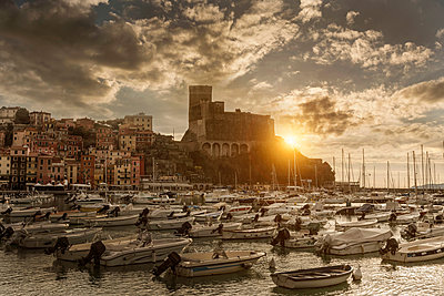 View of harbour yachts and castle at sunset, Lerici, Liguria, Italy - p429m1418132 by WALTER ZERLA