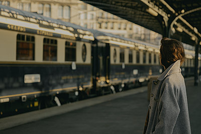 Junge Frau am Bahnsteig - p600m2073003 von Laura Stevens
