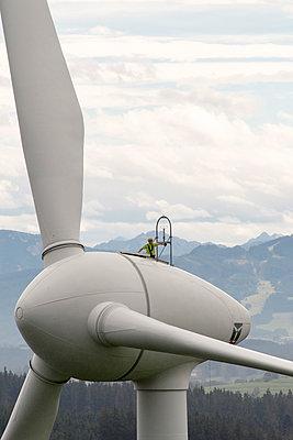 Monteur auf Windkraftanlage - p1079m1185017 von Ulrich Mertens