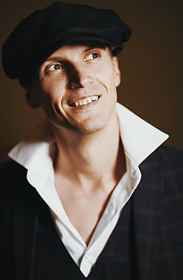 Man with cap, portrait - p1577m2272908 by zhenikeyev