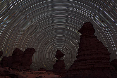 Africa, Chad, View of star trail and rock formation at Ennedi range - p300m879206 by Martin Rietze