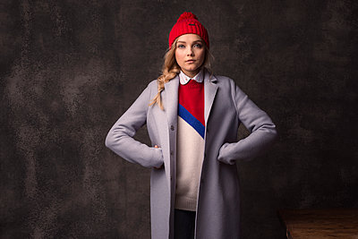 Woman wearing red cap - p947m2177948 by Cristopher Civitillo