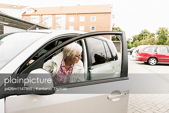 Senior woman sitting in car - p426m1147955 by Kentaroo Tryman
