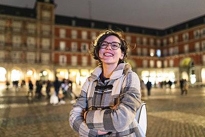 Spain, Madrid, Plaza Mayor, portrait of happy young woman - p300m2104615 von William Perugini
