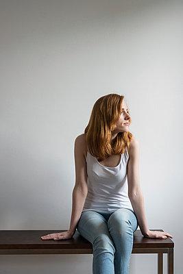 Sitzende Frau auf Bank - p305m1000421 von Dirk Morla