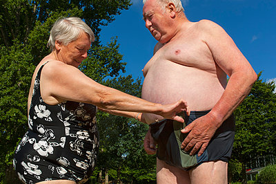 Älteres Paar im Freibad - p427m972711 von R. Mohr