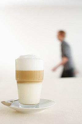 Latte macchiato, person in background - p4736156f by STOCK4B-RF