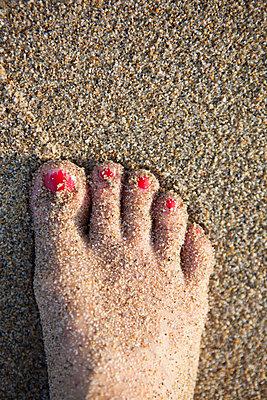 Fuss im Sand - p505m1108407 von Iris Wolf