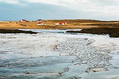 island gefrorener fluss mit bauernhof - p627m671917 by Gudjonsdottir Klempert