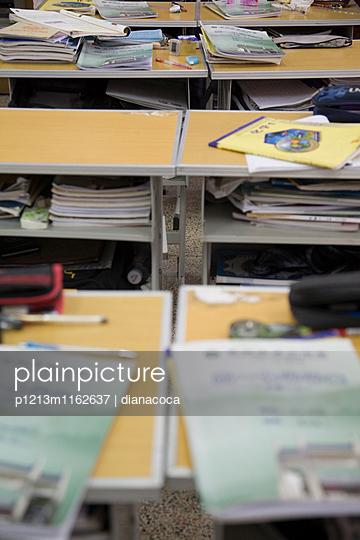 Schulbänke in einer chinesischen Schule - p1213m1162637 von dianacoca