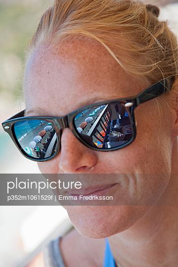 Italy, La Spezia, Cinque Terre, Monterosso al Mare, Smiling female tourist wearing sunglasses - p352m1061529f by Emma Fredriksson