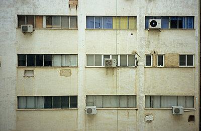 Triste Fassade - p2370219 von Thordis Rüggeberg