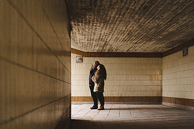 Couple in tunnel - p312m2139387 by Stina GrŠnfors