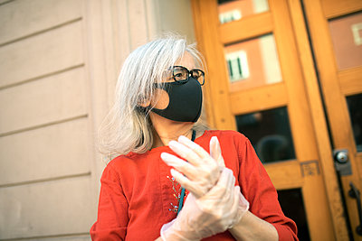 Woman wearing face mask looking away - p312m2217034 by Juliana Wiklund