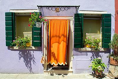 Idyllic house front on Burano island - p451m1159493 by Anja Weber-Decker