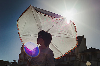 Woman with beach umbrella - p1150m2260465 by Elise Ortiou Campion