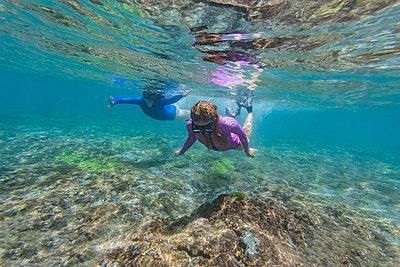 Two young women snorkeling in Nusa Penida island, Bali, Indonesia - p300m2156412 by Konstantin Trubavin