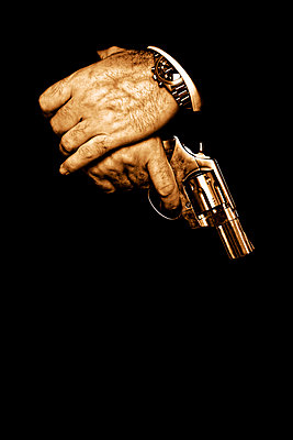 Hände mit Revolver - p3300264 von Harald Braun