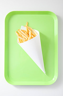 French fries on green tray - p4541117 by Lubitz + Dorner