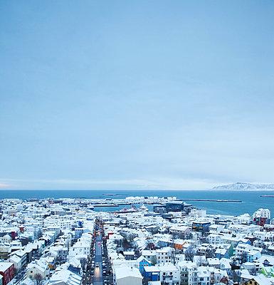 Reykjavik im Schnee - p606m960654 von Iris Friedrich