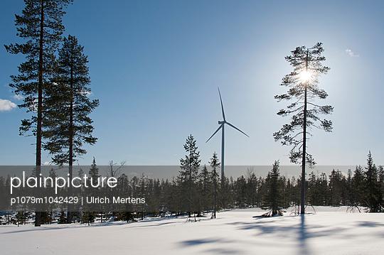 Windkraftanlage in Winterlandschaft - p1079m1042429 von Ulrich Mertens