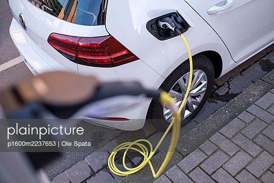 Electric car gettig charged at an charging station - p1600m2237653 by Ole Spata