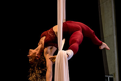 Aerial dancing beauty - p1166m2135986 by Cavan Images