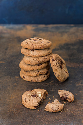 Stack of chocolate cookies on rusty metal - p300m2029750 by JLPfeifer