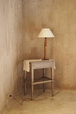 Tischchen mit Lampe - p887m778336 von Christian Kuhn