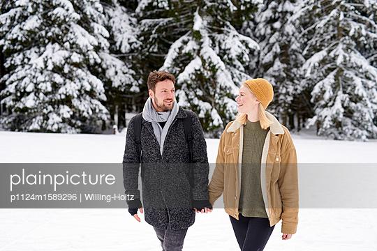 Junges Paar macht einen Winterspaziergang - p1124m1589296 von Willing-Holtz