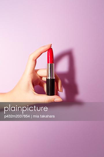 Frauenhand hält Lippenstift - p432m2037854 von mia takahara