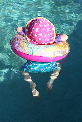 Swimming baby - p045m901081 by Jasmin Sander