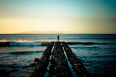 Spain, Canary Islands, Tenerife, back view of child standing at pier looking at the sea - p300m2219571 by Simona Pilolla