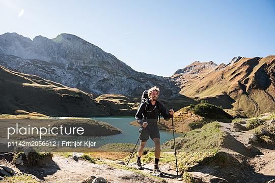 Junger Wanderer an Bergsee - p1142m2056612 von Runar Lind