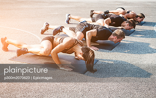 Sporty team during workout outdoor - p300m2070623 by Epiximages