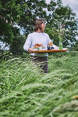 Frau mit Frühstückstablett  - p1573m2289114 von Christian Bendel